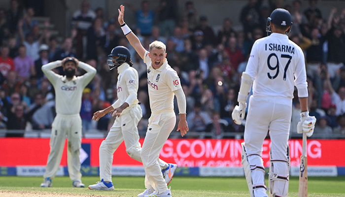 England´s Sam Curran (C) appeals for the wicket of India´s Mohammed Siraj but on review it is given not out on the first day of the third cricket Test match between England and India at Headingley cricket ground in Leeds, northern England, on August 25, 2021. — AFP