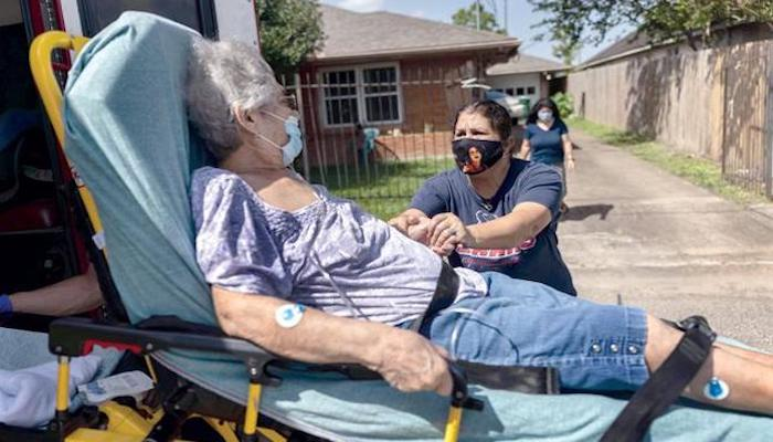 A woman speaks to her mother with possible COVID-19 symptoms before she was taken to a hospital on August 20, in Houston, Texas. Photo: AFP