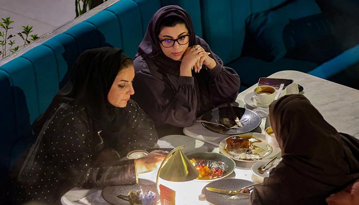 سعوديات يجلسن في مطعم ديفيد بيركس في مجمع مطاعم ذي زون في الرياض ، المملكة العربية السعودية في 25 أغسطس 2021. - رويترز