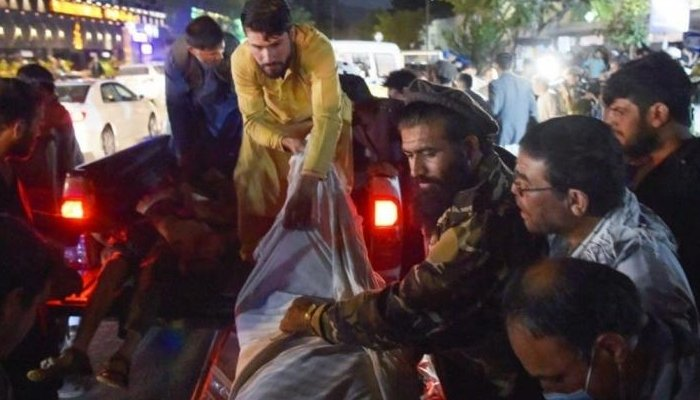 Volunteers and medical staff unload bodies from a pickup truck outside a hospital after two powerful explosions outside the airport in Kabul on August 26, 2021. Photo:AFP