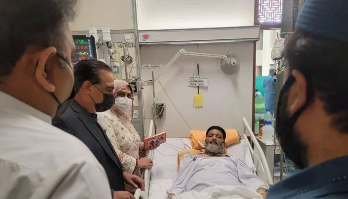Governor Sindh Imran Ismail and Federal Minister for Information Fawad Chaudhry visit Umer Sharif at a private hospital in Karachi. Photo: Geo.tv/ file