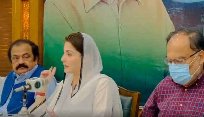 PML-N Vice President Maryam Nawaz (C) addressinga gathering of workers belonging to the partys Bahawalpur division, alongside Rana Sanaullah (L) and Ahsan Iqbal, in Lahore, on September 16, 2021. — Twitter/PML-N