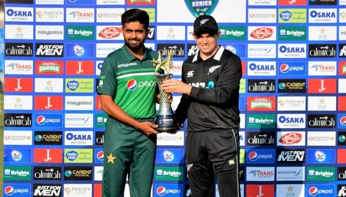 Pakistan skipper Babar Azam (left) and New Zealand captain Ton Latham hold the trophy for the ODI series. — Twitter/TheRealPCB/File