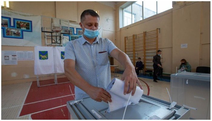 A man casts his ballots at the last day of a three-day long parliamentary elections in the far eastern city of Vladivostok, Russia September 19, 2021. Photo Reuters