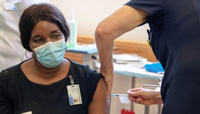 Ein südafrikanisches Gesundheitspersonal erhält am 17. Februar 2021 im Khayelitsha Hospital in der Nähe von Kapstadt, Südafrika, eine COVID-19-Impfung von Johnson und Johnson. - REUTERS/FILE
