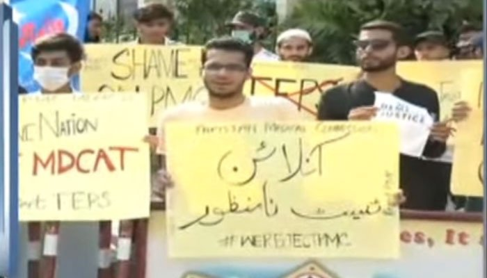 Students staging demonstrations outside the Supreme Court Karachi Registry against the online test of MDCAT. Photo: Screengrab via Geo News