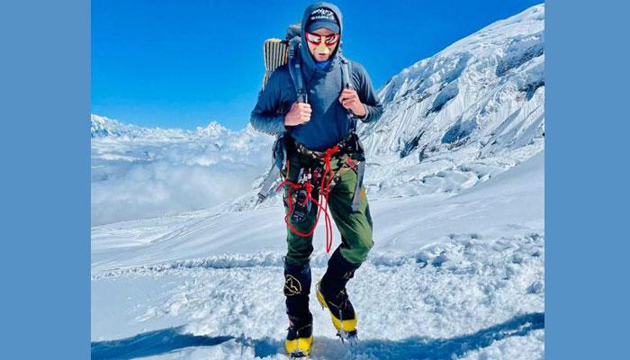 Shehroze Kashif reaches the summit of Manaslu.