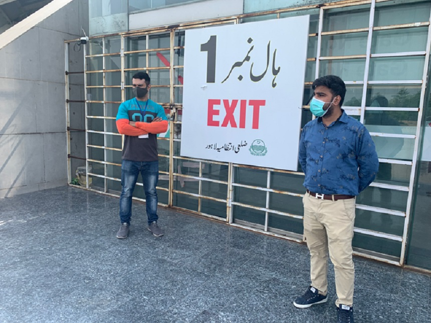 Saqib Baig, seorang pejabat kesehatan, berdiri di luar Expo Center di Lahore untuk menangkap mereka yang mencoba meninggalkan pusat tanpa mendapatkan dosis vaksin di Lahore, 6 Oktober 2021. --Foto penulis