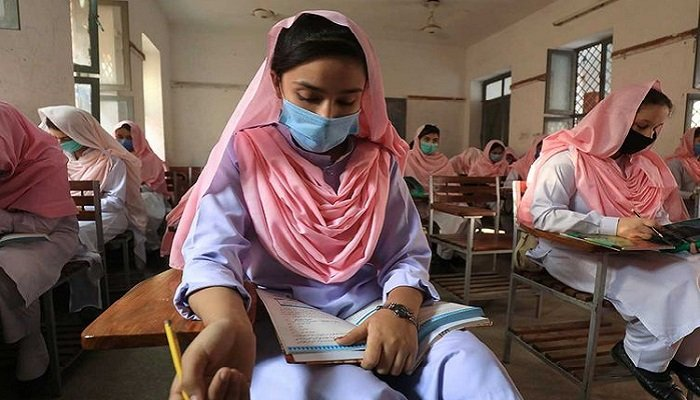 Students wear protective masks maintaining safe distance as they attend a class amid the coronavirus disease (COVID-19) pandemic, in Peshawar, Pakistan. Photo: Reuters