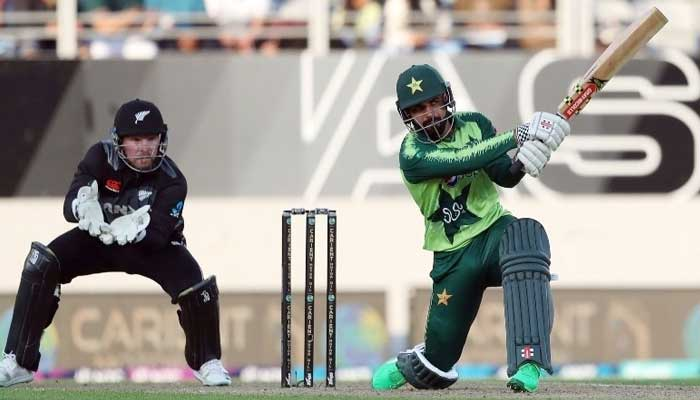 Shadab Khan bats as New Zealand's wicketkeeper Tim Seifert (L) looks on during the first T20 international cricket match between New Zealand and Pakistan at Eden Park in Auckland on December 18, 2020. Photo: AFP