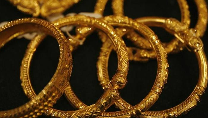 Gold jewellery is displayed in a jewellery shop in Kolkata December 15, 2009. — Reuters/File